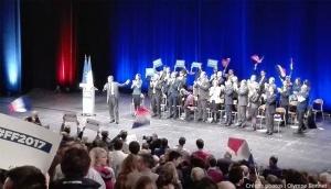 Fillon sur la scène du Grand Palais, applaudi par des militants