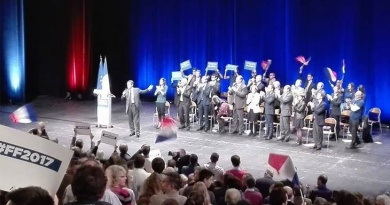 Fillon sur la scène du Grand Palais, applaudi par des militants